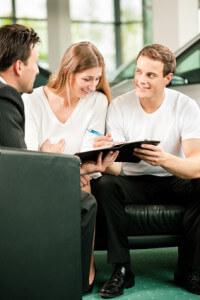 Paar mit Überlegung zur 3-Wege Finanzierung