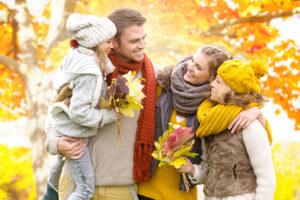 Fröhliche Familie im Herbst