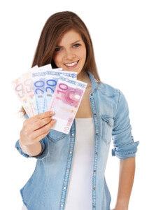 Junge Frau mit Geld aus Kredit