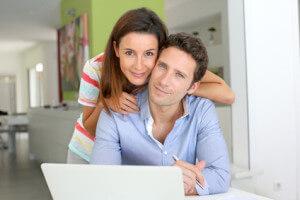 Paar vergleicht Kleinkredite im Internet