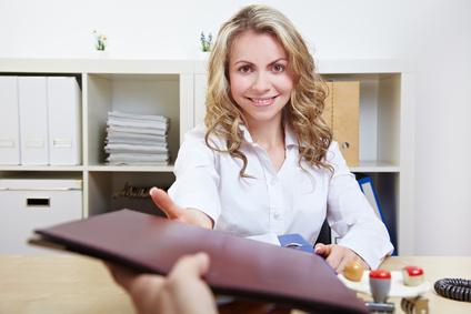 Selbständige Frau mit Kreditantrag